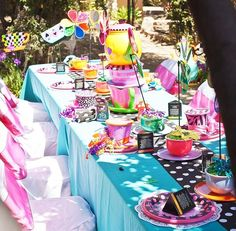This table is adorable! Am definitely doing this tea cups with flowers and pinwheels!!!!!
