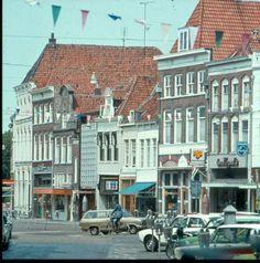 Zwolle. Een overzicht Melkmarkt noordzijde naar Rodetorenplein vanaf ten Koppel Melkmarkt 34 (geheel rechts) tot en met schoenmaker Zweers.