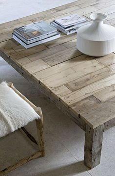 Love this coffee table for rustic or beach house decor Pallet Furniture, Furniture Design, White Furniture, Home Interior, Interior Decorating, Coffe Table, Modern Wall Decor, Wood Table, Dining Table
