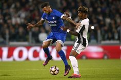 Udinese's forward Cyril Thereau from France (L) fights for the ball with Juventus' defender Mario Lemina from France during the Italian Serie A football match Juventus vs Udinese on October 15, 2016 at the 'Juventus Stadium' in Turin.   / AFP / MARCO BERTORELLO