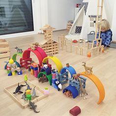 Abendliches Kapla Steine bauen !! Definitiv unser meist bespieltes Spielzeug in jeder Altersklasse !! . #kapla #kaplasteine #grimmsregenbogen #grimms #regenbogen #haba #schleich #schleichtiere #holzbausteine