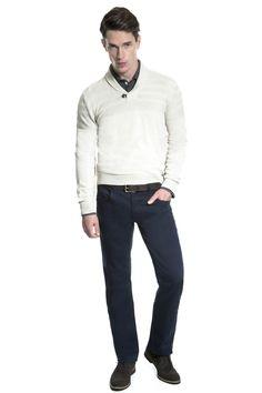 Camisa polo manga longa fio tinto chumbo, tricô khaki com gola shawl, calça Five pockets marinho e sapato brogue.