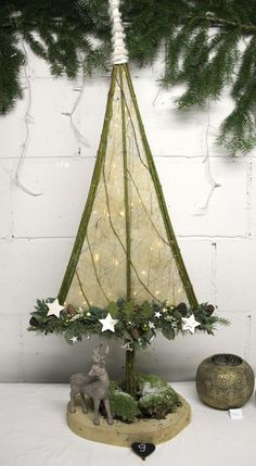 Unusual Christmas Trees, Christmas Greenery, Alternative Christmas Tree, Woodland Christmas, Christmas Flowers, Green Christmas, Diy Christmas Ornaments, Country Christmas, Christmas Crafts