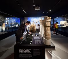 Archaeological artifacts place the scrolls in their historical context. Thematic displays show aspects of daily life, such as the importance of cleanliness and water, the writing and burial culture. (photograph by Thijs Wolzak)