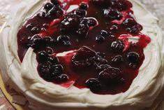 Tort Pavlova cu mascarpone şi fructe de pădure Pavlova, Sweet Desserts, Biscuits, Deserts, Food And Drink, Pie, Pudding, Cake Recipes, Easy Recipes