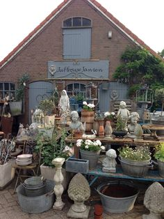 Via Facebook Juffrouw Jansen Brocante Oh WOW...turn me loose! Oh My, not sure I would come home. #fleamarketgardening