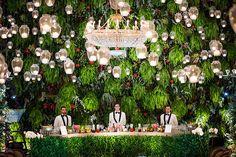 Decoração bar - Muro verde com flores tropicais e samambaias -  Velinhas suspensas ( Decoração: Patricia Vaks | Local: Hotel Copacabana Palace | Foto: Sergio Greiff )