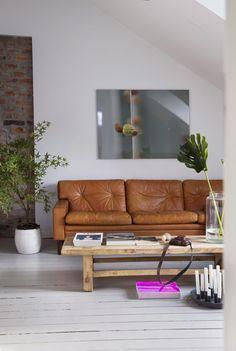 Her bodde det en gang husokkupanter - Eclectic Living Room, Living Room Tv, Living Room With Fireplace, Cognac Leather Sofa, Home Interior, Interior Design, Decoracion Vintage Chic, Open Concept Floor Plans, Exposed Brick Walls