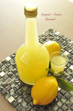 Limoncello 6 untreated lemons water sugar of good vodka pick the zests of lemons. Squeeze the lemons. Boil of water, zest and sugar. Stir until sugar is dissolved. Cocktail Drinks, Fun Drinks, Cocktail Recipes, Yummy Drinks, Alcoholic Drinks, Vodka, Gourmet Gifts, Hot Sauce Bottles, Chutney