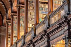 Focus on a college library known as The Long Room. This magnificent library belongs to the Trinity College, in Dublin. It's the largest library in Ireland Bookbinding Tutorial, College Library, Old Libraries, Dream Library, Library Books, Life Learning, In 2015, Urban, Signature Design