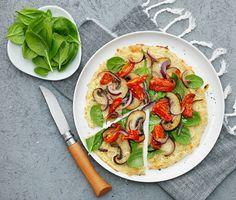 Den här glutenfria pizzan har en saftig botten gjord på blomkålsris, mozzarella och parmesan. Härligt! Vi toppar den med bland annat tomat, portabello, babyspenat och kronärtskockscrème – men har du en annan favorittopping passar pizzabotten lika bra där!