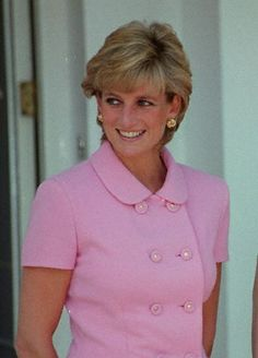 On her official visit to Argentina on November 24, 1995, Diana wore large gold knot earrings.