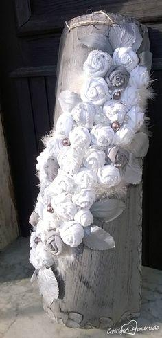 Un lavoro che amo molto, una tegola molto grande, invecchiata e decorata con rose in stoffa, pizzo, piume, foglie in lattice, perle e mezze perle adesive.