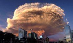 Erupción en el sur de Chile del volcán CalbucoUna inesperada y sorprendente erupción tuvo el miércoles el volcán Calbuco, a unos mil kilómetros al sur de Santiago de Chile, lo que obligó a las autoridades a ordenar la evacuación preventiva de más de 4.000 personas que viven en un radio de 20 kilómetros. Después de una serie de temblores, la primera explosión se produjo a las 17.50 hora local y provocó una columna de humo de unos 17 kilómetros de alto, con una forma similar a un hongo…