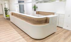 Dental Office Decor, Dental Office Design, Reception Counter Design, Curved Reception Desk, Office Reception Design, Reception Desks, Showroom Interior Design, Clinic Design, Healthcare Design