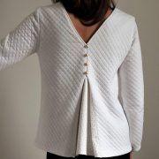 La blouse Nélia est une blouse très féminine avec son dos décolleté associé à un joli pli creux qui lui donne tout son caractère.