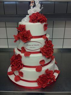Eine Klassische Hochzeitstorte in Rot/Weiß mit Rosen, der Klassiker kommt aber auch nie aus der Mode.  www.thetinycakeboutique.com
