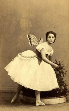 Butterfly Lady - I think it is rather a dancer in the Ballet des Sylphes Images Vintage, Vintage Pictures, Old Pictures, Vintage Postcards, Old Photos, Antique Photos, Vintage Photographs, Victorian Fancy Dress, Ballet Russe