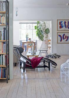 Alakerrassa on paljon avointa tilaa. Seinällä oikealla on kaksi Howard Smithin taulua. Osa kodin taiteesta on tullut vaihtokauppoina taiteilijoilta.