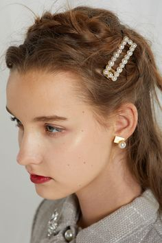hair ombre Josephine Pearl Hairpin This product has been hand-picked by Storets& stylists. Bobby Pin Hairstyles, Headband Hairstyles, Diy Hairstyles, Hair Scarf Styles, Long Hair Styles, 1990 Style, Pearl Hair Pins, Twist Headband, Best Wedding Hairstyles