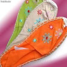 30 sugestões legais para customizar alpargatas   Blog da Mari Calegari Shirt Embroidery, Embroidered Blouse, Espadrilles, Boho Shoes, Crochet Shoes, Doll Tutorial, Painted Shoes, Canvas Leather, Summer Shoes