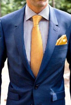 Cravate et pochette jaune pour illuminer un costume bleu marine #cravate #tie #jaune #pochette #homme #look #mode #men #fashion