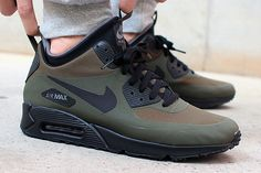 Last winter's popular AM90 Sneakerboot has been replaced by the more streamlined 'Air Max 90 Mid Winter', a stylish winterised Air Max that takes styling cues from the NikeLab Sneakerboot Patch Collection released earlier this year. This …