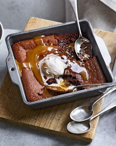 Salted caramel brownie pudding- Salted caramel brownie pudding For this recipe, think of a sticky toffee pudding but EVEN better! Paul A Young& salted caramel pudding, served with ice-cold cream, is wickedly good. Sticky Toffee Pudding, Brownie Pudding, Banana Pudding, Just Desserts, Delicious Desserts, Dessert Recipes, Yummy Food, Tasty, Trifle Desserts