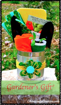 Gardener's Gift Dollar Tree Craft - Perfect for Mothers Day and makes a fabulous Teacher Appreciation Gift! Teacher Appreciation Gifts, Teacher Gifts, Creative Gifts, Unique Gifts, Simple Gifts, Gardner Gifts, Diy Cadeau Noel, Dollar Tree Crafts, Jar Gifts