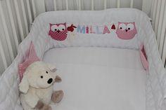 Liebevoll und aufwändig gestaltetes Babynestchen aus schadstoffreier, wattierter Bio-Baumwolle in weiß mit Eulen und Name an der Wäscheleine. Das Nestchen ist 25x180 cm, für Kinderbetten mit den...