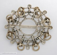 Sølje i sølv (utan stempel), støypt og med mønster på framsida. Rundt kanten åtte hemper med ringar i. Historical Clothing, Norway, Brooches, Costume, Ring, Pretty, Jewelry, Stamps, Rings