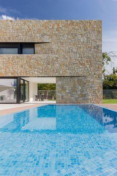 Espaciosa y luminosa casa minimalista y moderna. Grandes ventanales conectan el interior con el jardín y la piscina desbordante  | Chiralt  Arquitectos  | Valencia