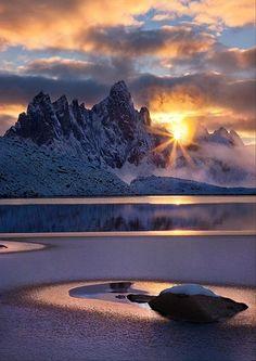 Yukon Territory, Canada. Amaneciendo entre montañas.