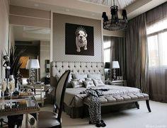 Vários elementos que gosto: capitonê, espelhos na lateral da cama com criado mudo espelhado, lustre e abajur.