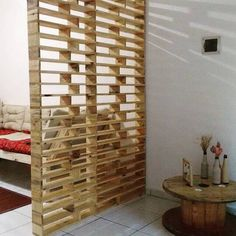 Top 11 Wooden Pallet Ideas That Are Easy As Pie - Sensod - Create. Wooden pallets ideas of DIY Pallet planters, Round Table, and other decorative items Wooden Pallet Crafts, Wooden Pallet Furniture, Wooden Pallets, Diy Furniture, Pallet Room, Pallet Wall Decor, Pallet Lounge, Pallet Walls, Pallet Tv