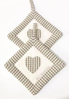 Set di 2 Presine country con cuore. Le presine sono composte da tessuto rustico 100% cotone italiano a quadretti avorio e marrone. La parte centrale è in tessuto panama color avo - 19699258