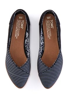 Need something you can wear with just about anything? Meet the Jutti. Featuring just the right amount of stripes to make it pop, this flat is a great basic.