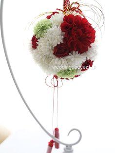 赤いポンポンダリアの和装ボールブーケ | ウェディングブーケ.jp