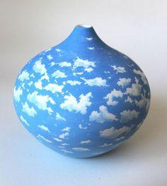 Les superbes peintures sur porcelaine et papier de l'artiste australienneNiharika Hukku, basée à Sydney, très inspirée par les nuages et les poissons dont