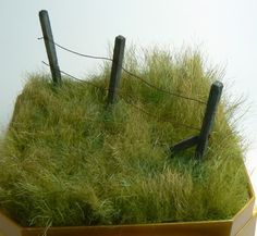 The link leads to something else, but the picture seems useful for generating ideas and figuring out how to create grass from fur fabric yourself. how to: grass from fur fabric tutorial Train Miniature, Miniature Plants, Miniature Houses, Modeling Techniques, Wie Macht Man, Military Diorama, Model Train Layouts, Miniture Things, Fairy Houses