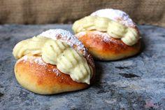 Een nederlandse klassieker: Puddingbroodjes. Heerlijke luchtige bolletjes gevuld met romige vanille banketbakkersoom. Hier vind je het recept op PaTESSerie