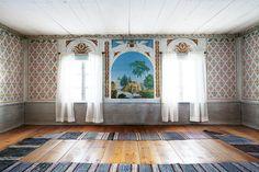 Bildresultat för gästgivars tapet Swedish Wallpaper, Expensive Wallpaper, Swedish Interiors, Wooden Ceilings, Popular Art, Swedish Design, Maine House, World Heritage Sites, Pattern Wallpaper