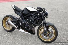 Triumph Street Triple cafe-racer : le 3 pattes de Yoann envoie ! Triumph Street Triple, Triumph Triple, Ducati, Street Tracker, Cafe Racer Motorcycle, Sport Bikes, Custom Bikes, Modern Classic, Cars And Motorcycles