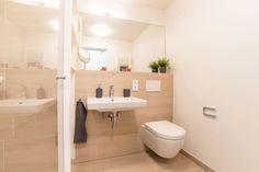 Schönes modernes Badezimmer mit Fliesen in beige sowie heller Badmöbel und großem Spiegel.  Wohnung in Hamburg. #Hamburg #bathroom #modern