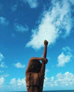 How to Take Good Beach Photos Mixed Media Photography, Girl Photography Poses, Summer Photography, Photography For Beginners, Creative Photography, Photography Backdrops, Photography Reflector, Tree Photography, Photoshop Photography
