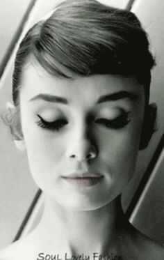 Bangs l Audrey Hepburn Style :) Style Audrey Hepburn, Audrey Hepburn Eyebrows, Audrey Hepburn Costume, Audrey Hepburn Photos, Hollywood Actresses, Old Hollywood, Hollywood Stars, Foto Face, Classic Hollywood