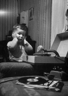 Deaf-blind father Harold Hathaway's son listening to a phonograph. Photo by Al Fenn. Music Machine, Vinyl Junkies, Record Players, Phonograph, Passion, Sound Of Music, Music Music, Record Collection, Vintage Pictures