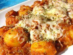 PATATAS VATICANAS 1 bote de patatas de los de cristal, 1 paquete salchichas, 1 bote de salsa boloñesa, queso rallado, 1 diente de ajo, media cebolla, pimentón picante, sal, aceite de oliva virgen extra y orégano
