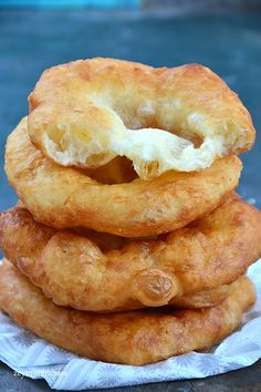 Sütlü Mayalı Pişi Tarifi Yapımı Milk yeast bagel recipe is a delicious fried recipe that we can recommend for breakfast lovers. You know that bagel recipe is one of the most preferred breakfast recipes at the weekend. Recipes With Yeast, Milk Recipes, Cakes Plus, Bagel Recipe, Light Snacks, Turkish Recipes, Food Cravings, Food To Make, Breakfast Recipes