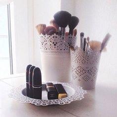 Pots de fleurs et assiettes pour notre coin beauté                                                                                                                                                                                 Plus
